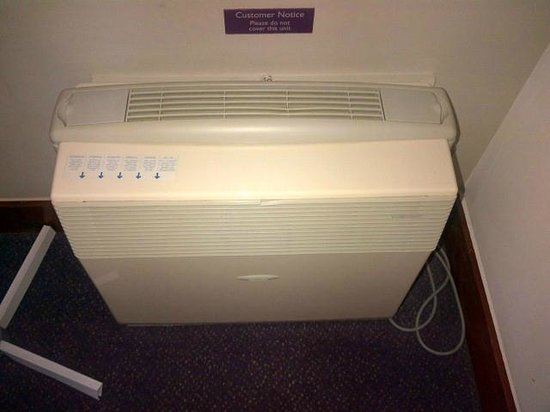 Premier Inn London Kew Hotel: Noisy air con unit