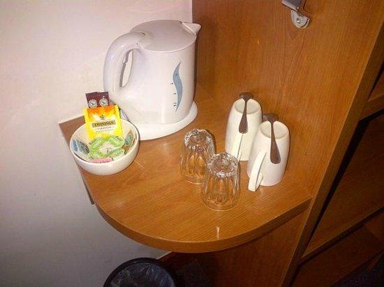 Premier Inn London Kew Hotel: Tea and coffee
