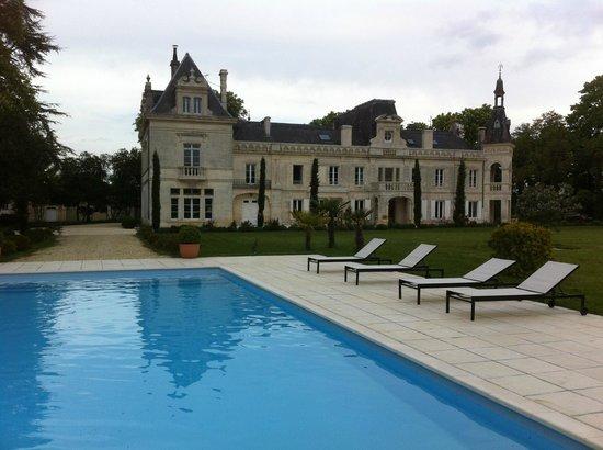 Chateau de Brillac : Le château vu de la piscine