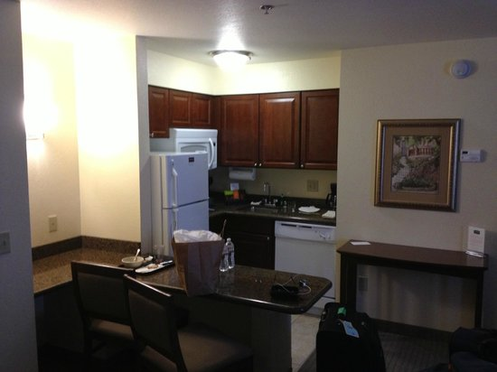 Staybridge Suites: Kitchen and Eating Area