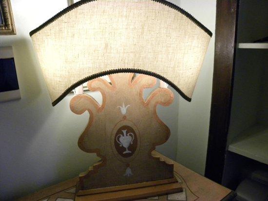 Relais Il Falconiere & Spa: lampada in camera