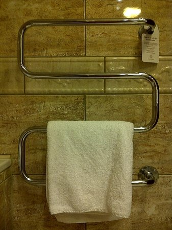 The Johnstown Estate Hotel: Towel rail - Caution, contents hot! Keep naked body parts away.