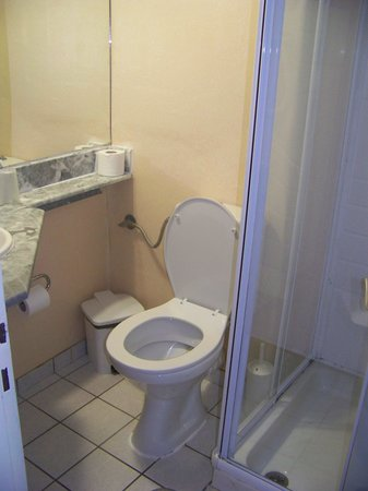 Toilette et douche picture of olympic star hotel for Decoration douche et toilette