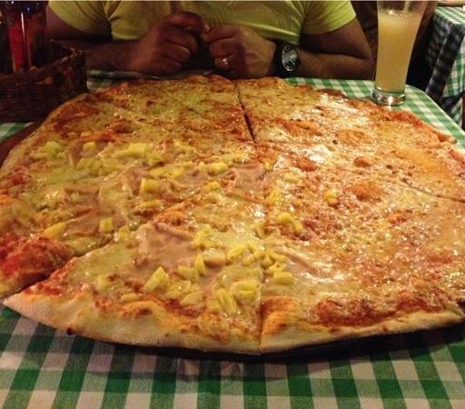 La Voglia Matta: Giant family pizza, for two lol!