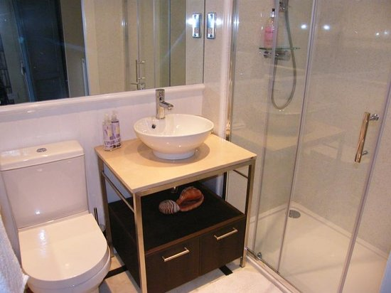 Mulberry Lodge: Luxurious bathroom with power shower! Great!