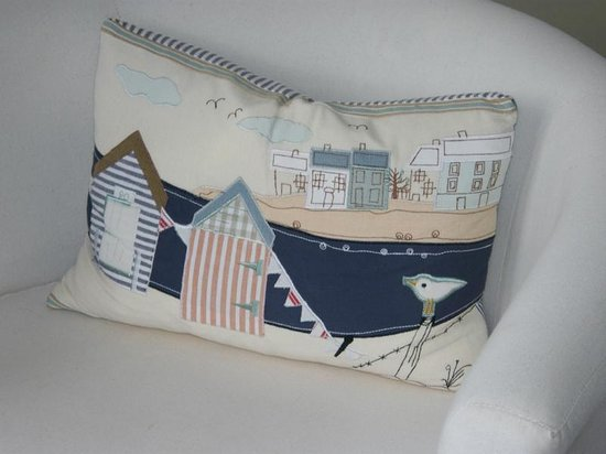 Mulberry Lodge: Beautiful little cushion in the room