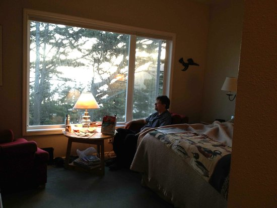 Tyee Lodge: relaxing in our room