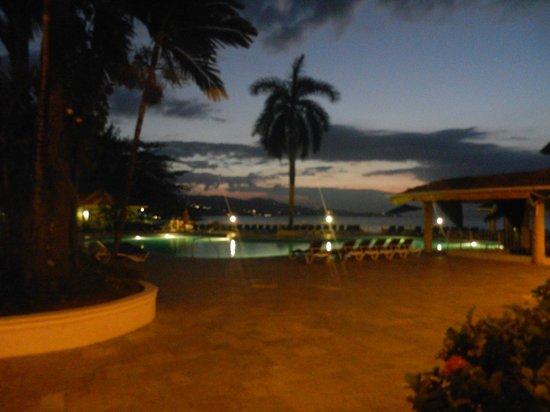 Sunscape Splash Montego Bay: Pool with swim up bar just after sunset