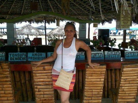 Playa Tonsupa: bares al pie del mar. con todo tipo de bebidas para toda la familia.