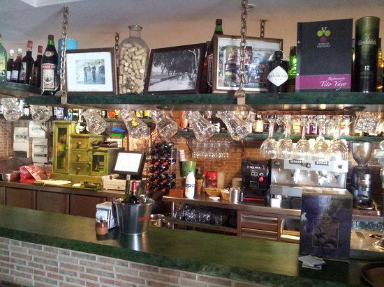 Restaurante Titoyayo: Barra. con gran variedad de licoresy brandies