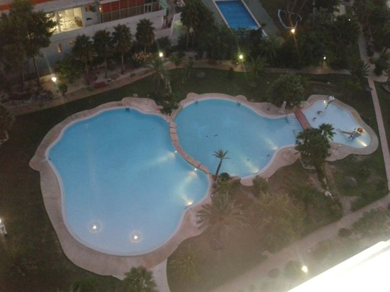 Gemelos XXII Apartments: Pool at night time
