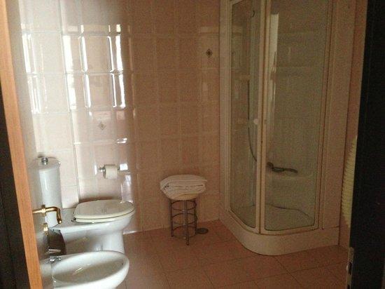 Pamaran Hotel: La salle de bain la douche avec un miroir à l'intérieur ( à la droite lavabo + très grand miroir