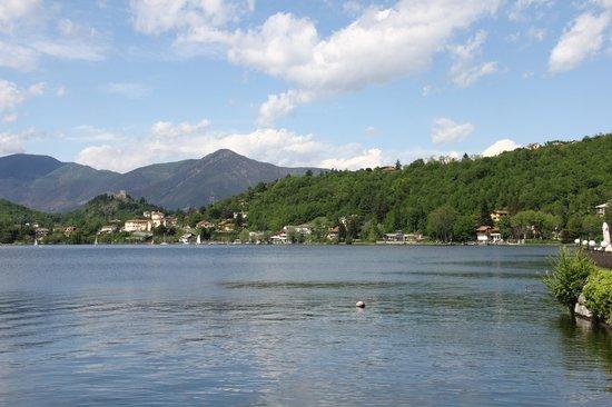 La bella vista del lago grande di Avigliana dalla terrazza del Ristorante.
