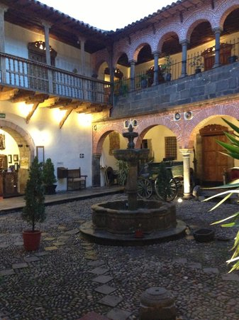 MARQUESES Boutique Hotel : courtyard at dusk