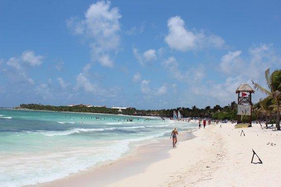 Grand Palladium Kantenah Resort & Spa: Beach facing south