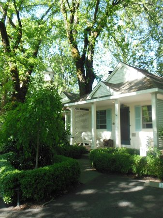 Cottage Grove Inn: Cozy, comfy, private cottages