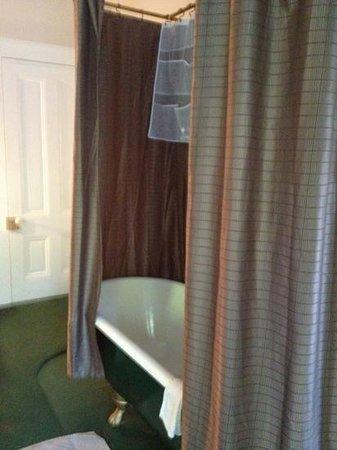 Deer Creek Inn : claw foot tub in winnie's room :)