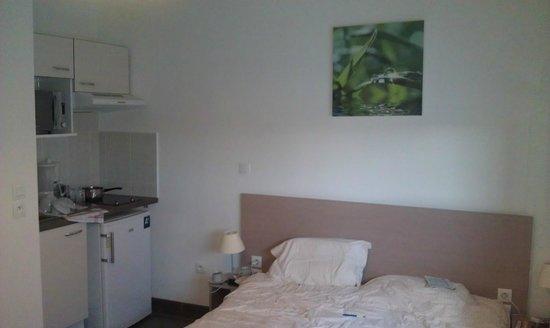 All Suites Appart Hotel Dunkerque : vue lit cuisine
