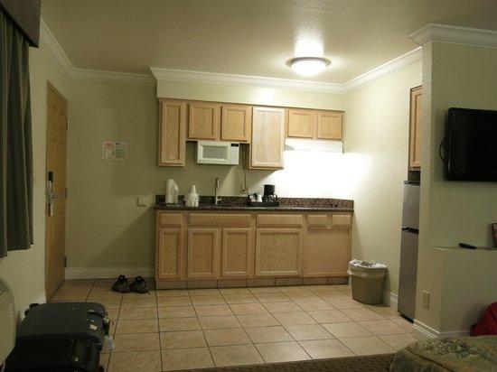 Americas Best Value Inn & Suites-Clovis/Fresno: the kitchenette