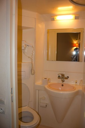 Timhotel Boulogne Rives De Seine: Simple and small bathroom good for quick use
