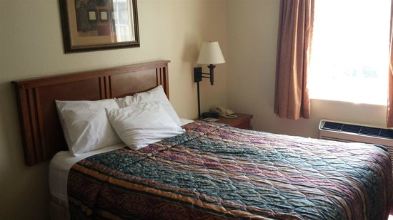 Red Roof Inn & Suites Council Bluffs: Bed