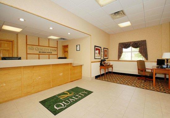 Quality Inn: Hotel Lobby