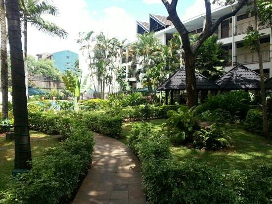Jacaranda Nairobi Hotel: garden with bar and pool