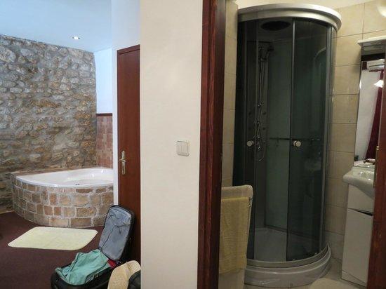 La salle de bain du studio avec jacuzzi au RdC  Picture