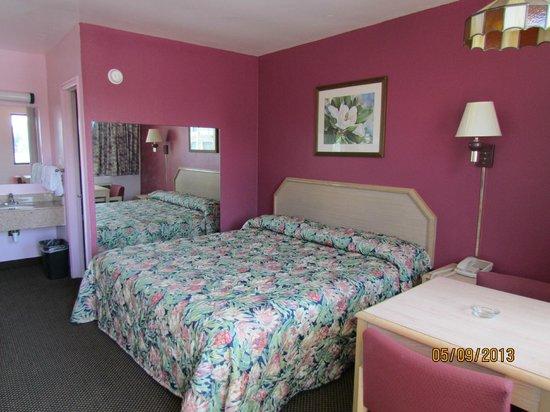 Turnpike Motel: King Size Room