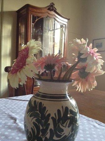 L'Olivella B&B: fiori freschi sul tavolo della colazione