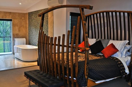 Deja Vu Estate: Wine barrell 4 poster king size bed
