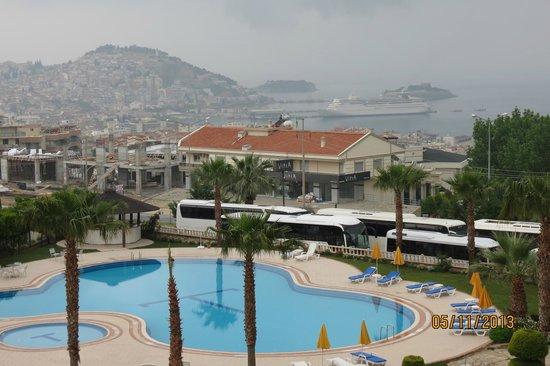 Titania Hotel: Área de piscina e jardim