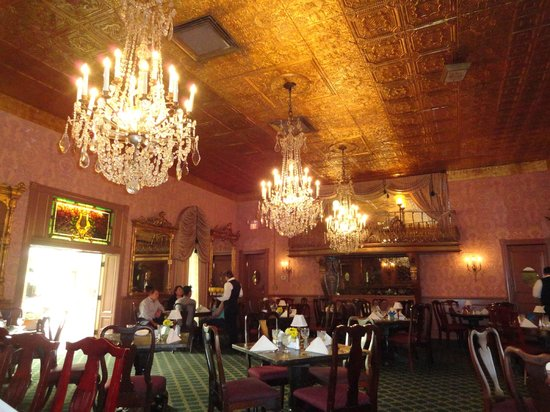 Double Eagle Restaurant: Elegance in the dining room, dressed in antiques