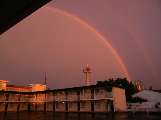 Fairway Motor Inn: A ten minute walk to the falls and Clifton Hill attractions.