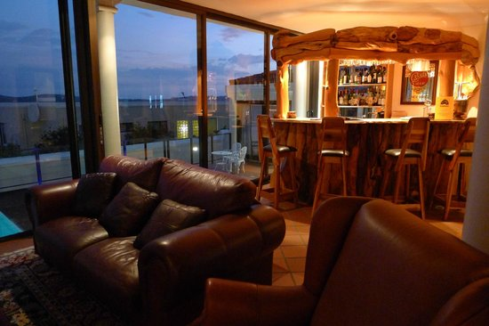 Atlantic Guest House: bar and lounge
