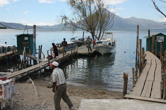 Hotel La Casa del Mundo: The local Docks in Panajachel