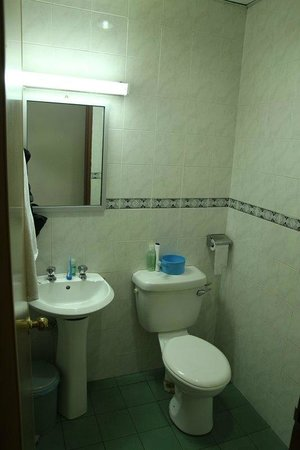 Pantai Inn: bathroom - room no 307