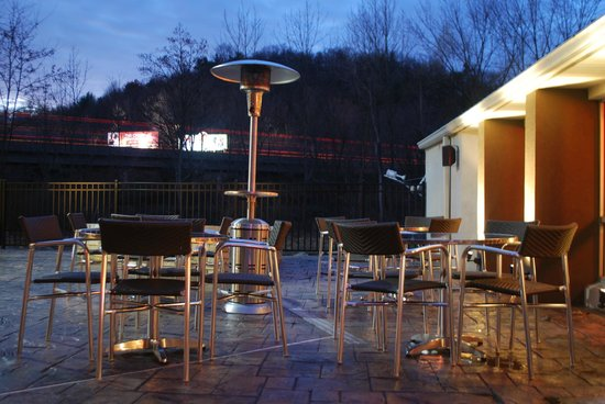 Baymont Inn & Suites Bartonsville Poconos: Outdoor Patio Connected to the Lounge and Indoor Pool