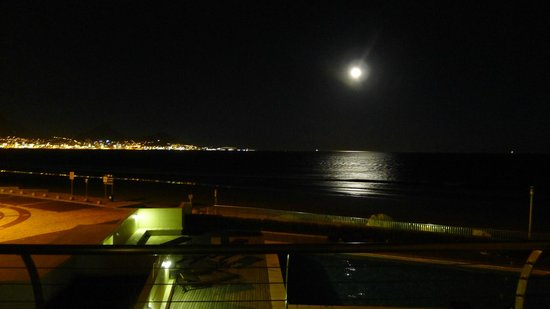 Lagoon Beach Hotel & Spa: at night