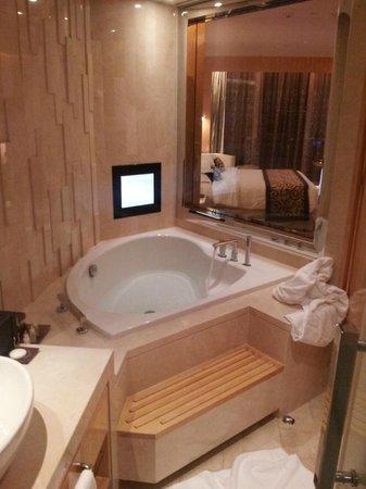 The Meydan Hotel: Vista Banheiro para o quarto