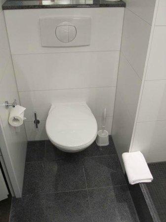 Motel One Berlin Spittelmarkt : Toilet.