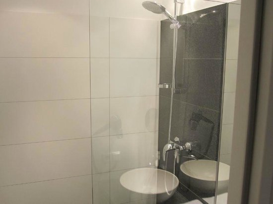 Motel One Berlin Spittelmarkt : Shower.