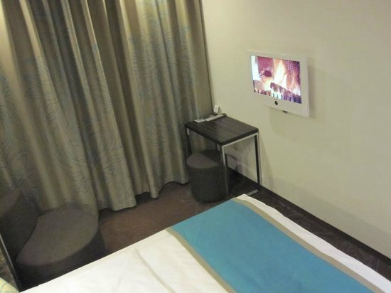 Motel One Berlin Spittelmarkt : TV, with fake fireplace.