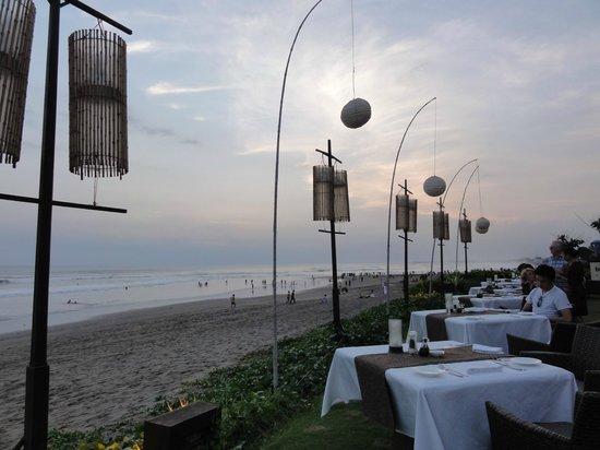 The Samaya Bali Seminyak: 微風輕拂,聽著海潮聲用餐,非常愜意
