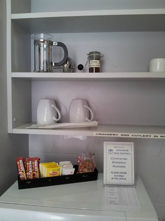 Anchor Bay Motel: Kitchenette