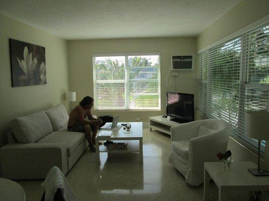 Winterset Hotel: second window in living room,