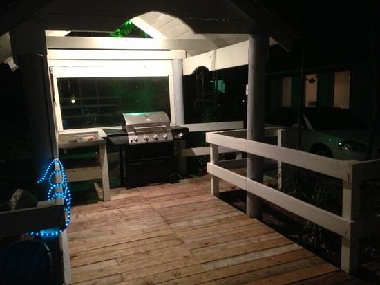Sportsman's Lodge Motel & Marina: Grill outside