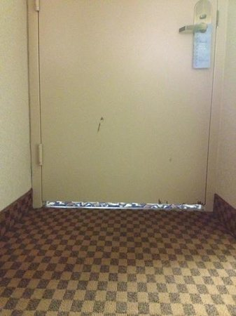 Wyndham Houston West Energy Corridor: the crack under the door is really big