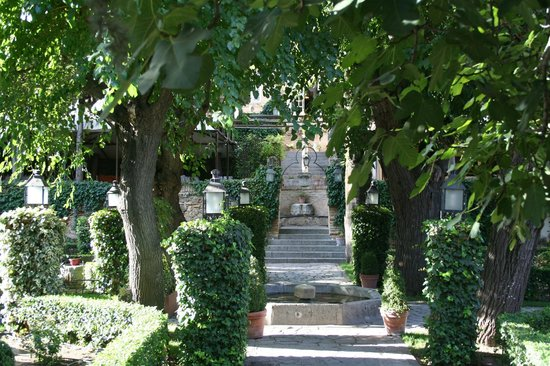 Courtyard gardens - Picture of Hacienda del Cardenal, Toledo ...