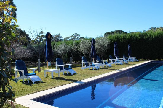 Bells at Killcare Boutique Hotel, Restaurant and Spa: Relax by the pool.